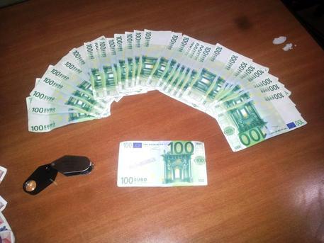 Napoli, beccato con addosso 21 banconote false: arrestato