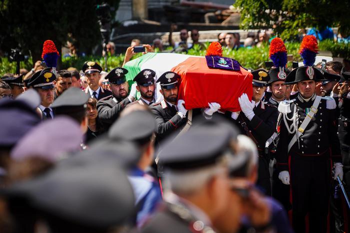 A Somma Vesuviana i funerali del carabiniere ucciso, sulla bara la foto del matrimonio e la maglia del Napoli