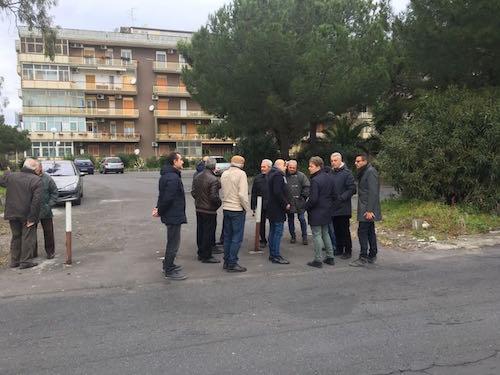 """Catania, in via Badia l'illuminazione pubblica: """"Ora si rifacciano i marciapiedi"""""""