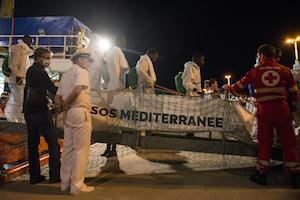 Erano su un gommone e soccorsi a Nord di Tripoli, arrivati a Catania 129 migranti