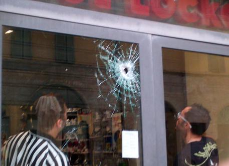 Furto con spaccata in un negozio nel Napoletano, tre arresti