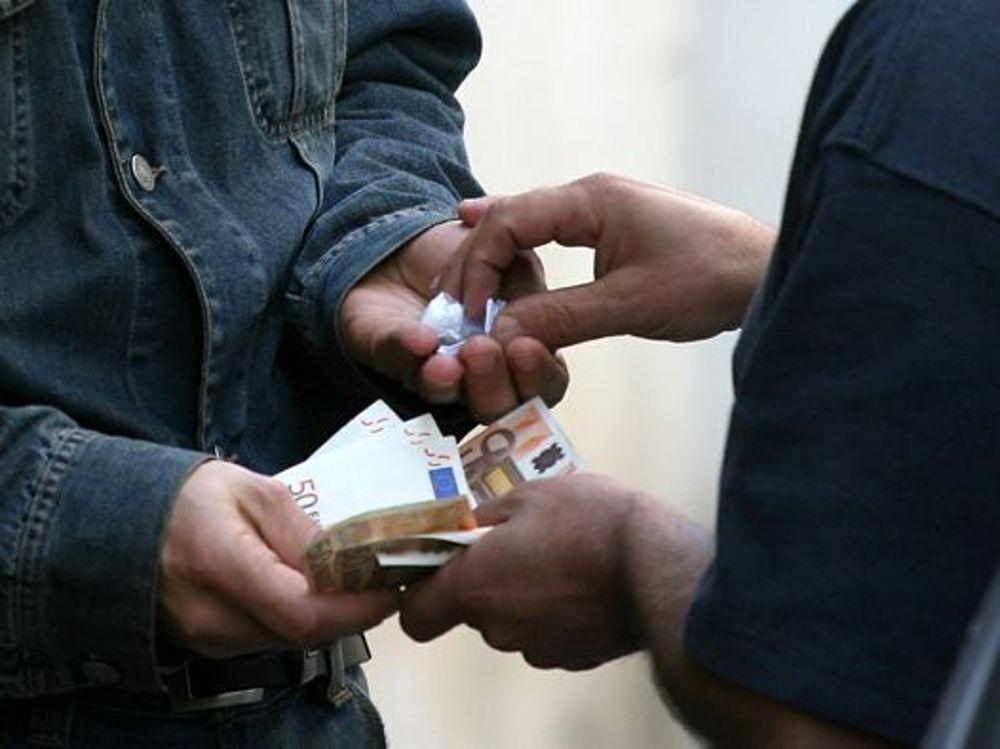 Priolo, colto mentre cede droga: denunciato un minorenne