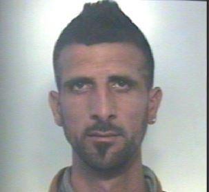 Minaccia un'automobilista e si fa dara 50 euro, arresto nel Catanese