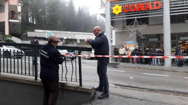 Sparatorie in pieno centro a Macerata, sei feriti: 4 gravi