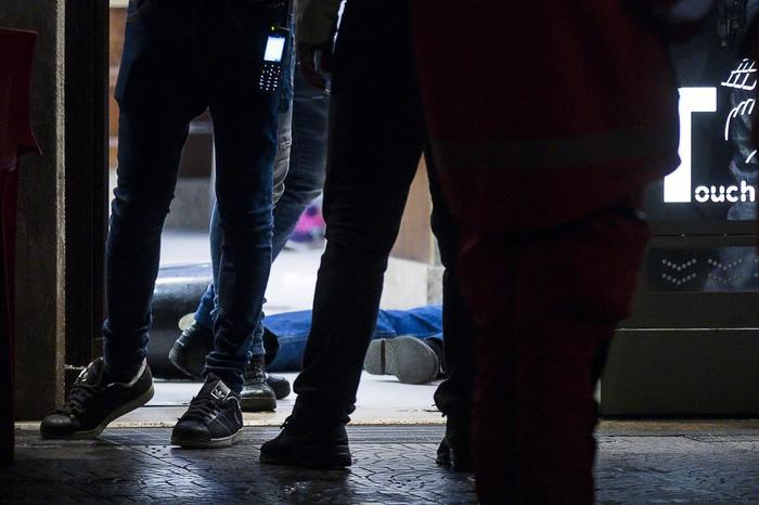 Sparatoria in una tabaccheria alla periferia di Roma, rapinatore ucciso