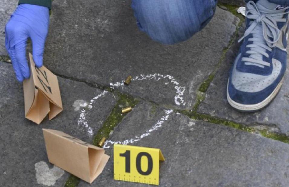 Spari contro una pizzeria nel Napoletano, indagini dei carabinieri