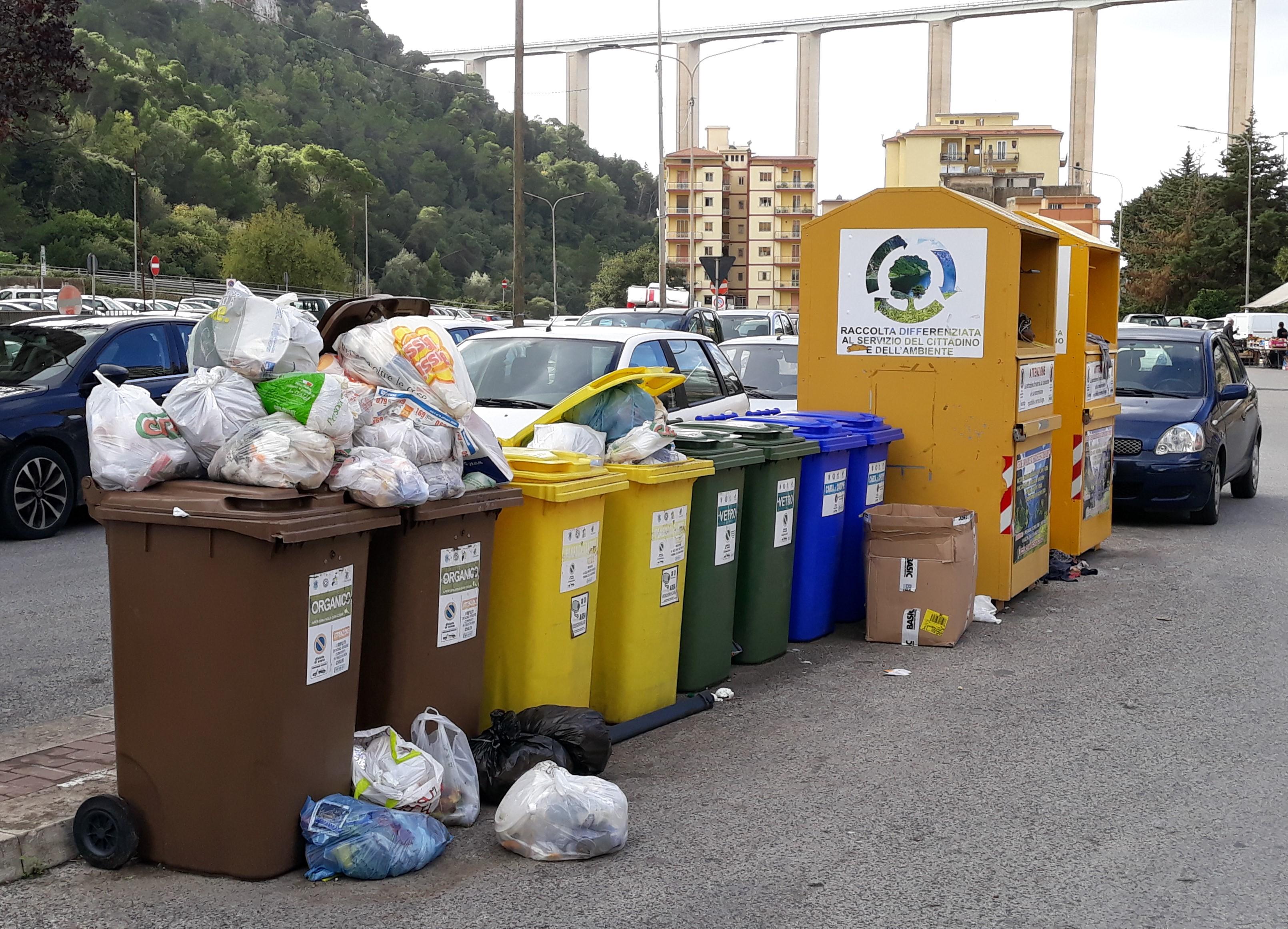 Modica, raccolta dell'umido sospesa: in città scoppia l'emergenza spazzatura