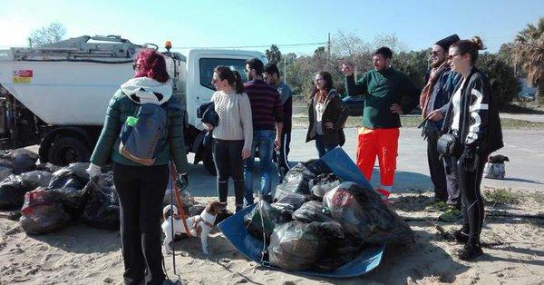 Raccolti 550 chili di rifiuti sulla spiaggia libera di Catania
