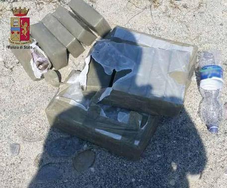 Messina, un poliziotto fuori servizio trova 23 chili di marijuana in spiaggia