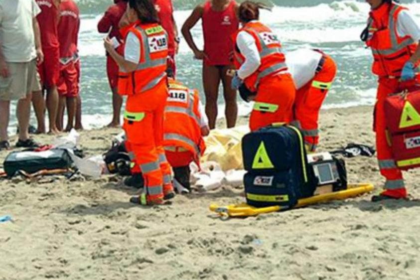 Bimba di 18 mesi rischia di annegare sulla spiaggia di Marina di Priolo