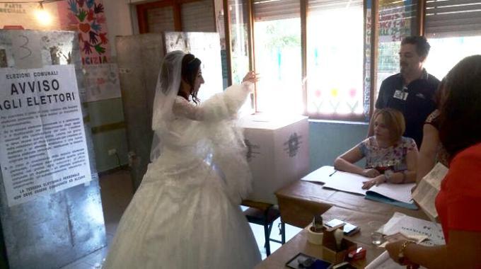 Sposa va a votare a Catanzaro con l'abito nuziale