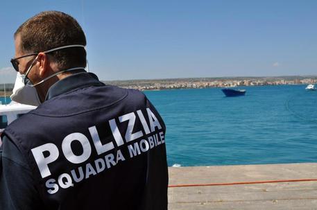 Migranti: sbarco a Pozzallo, fermati tre presunti scafisti tunisini