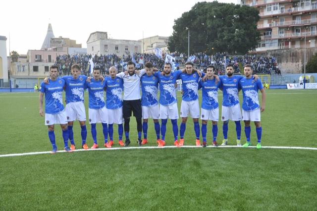 Siracusa colabrodo in casa, il Lecce vince e lascia il campo tra gli applausi