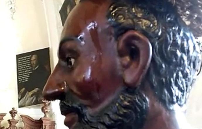 Statua di San Filippo  lacrima pet la quarta volta ad Agira: folla in chiesa