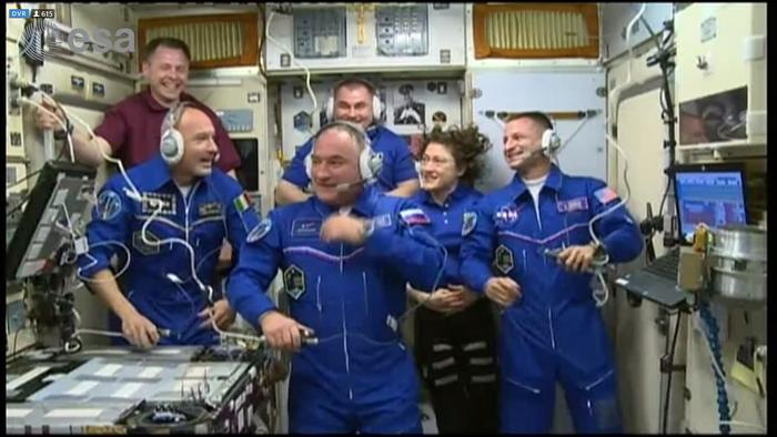 Parmitano è entrato nella stazione spaziale con i suoi colleghi: i saluti alla  famiglia