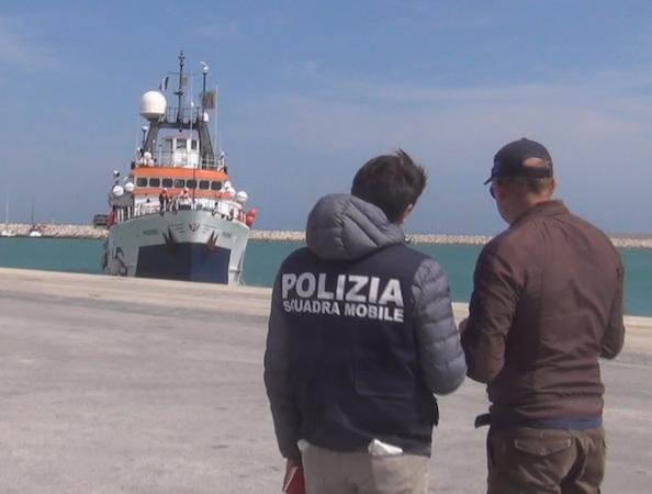Migranti: individuati 3 presunti scafisti dopo lo sbarco a Pozzallo