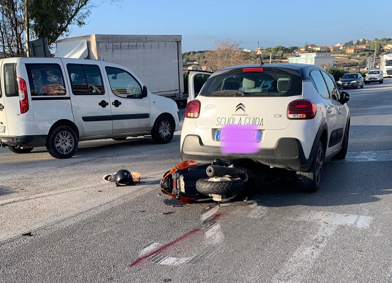 Modica, scooter contro auto in via della Costituzione: ferito un giovane