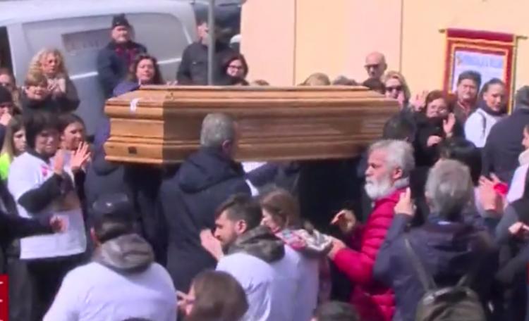 Napoli, ai funerali di Imma Villani strazio e commozione