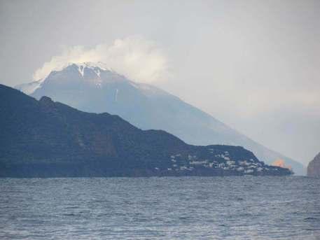 Maltempo, nevica sullo Stromboli in eruzione: sbarcati tanti turisti a Lipari