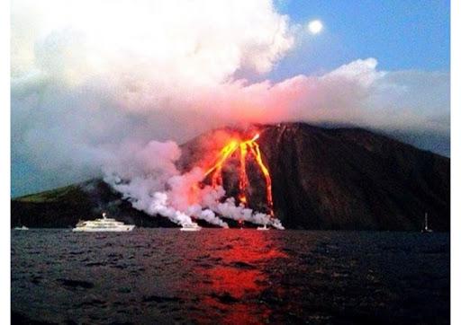 Esplosioni di forte intensità a Stromboli: eventi filmati dall' Ingv di Catania