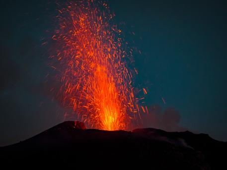 Esplosioni dello Stromboli, spettacolo notturno per i turisti alle Eolie