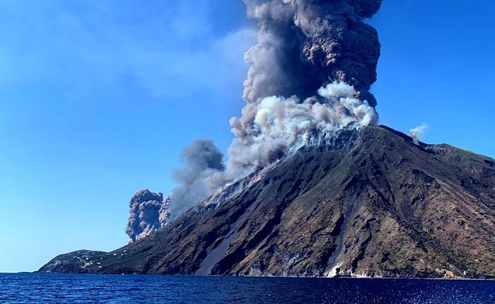 Erutta lo Stromboli, morto un escursionista di Milazzo: 70 evacuati