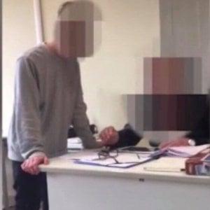 Bullismo a Lucca: dopo un brutto voto minaccia il professore