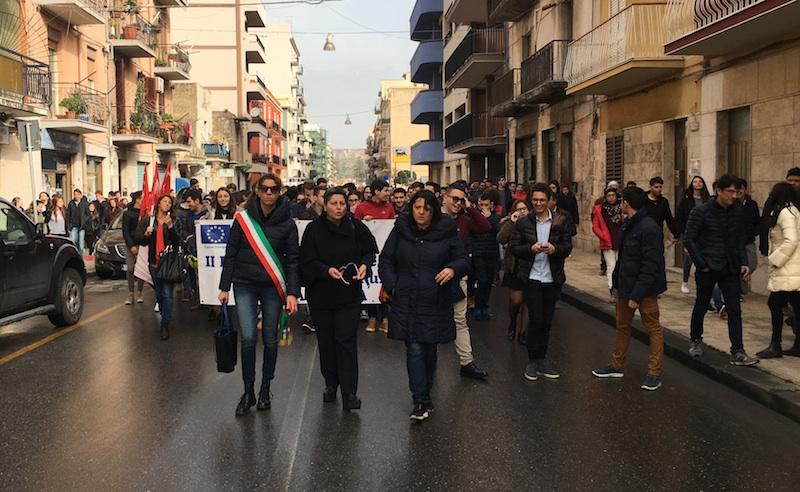 """""""Il porto non si tocca"""", mille studenti in corteo sfilano ad Augusta"""