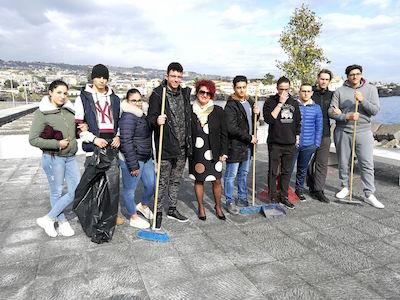 Catania, gli studenti ripuliscono la piazzetta di Ognina