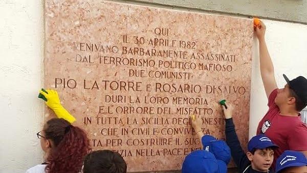 Palermo, gli studenti ripuliscono la lapide di Pio La Torre