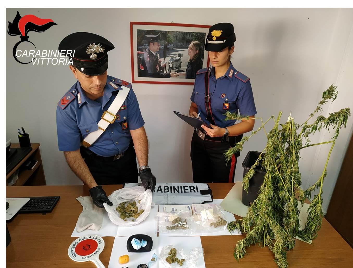Marijuana e cocaina sul terrazzo di casa, 24enne arrestato a Scoglitti