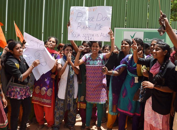 Orrore in India, a 10 anni stuprata e incinta