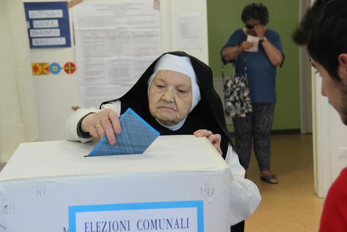 Elezioni comunali, il 42,35% alle urne alle 19: seggi aperti fino alle 23