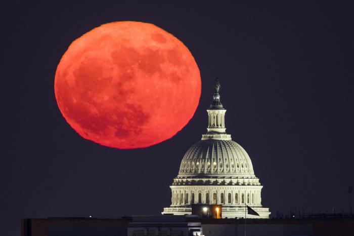 Ecco le foto della Superluna che ha dato spettacolo