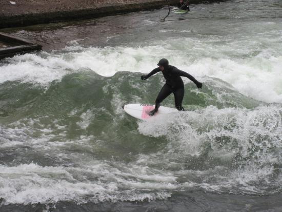 Marina di Modica, giovane surfista in difficoltà salvato dai bagnini