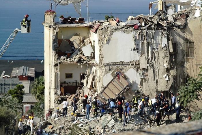 Crolla una palazzina a Torre Annunziata, 4 - 5 persone sotto le macerie