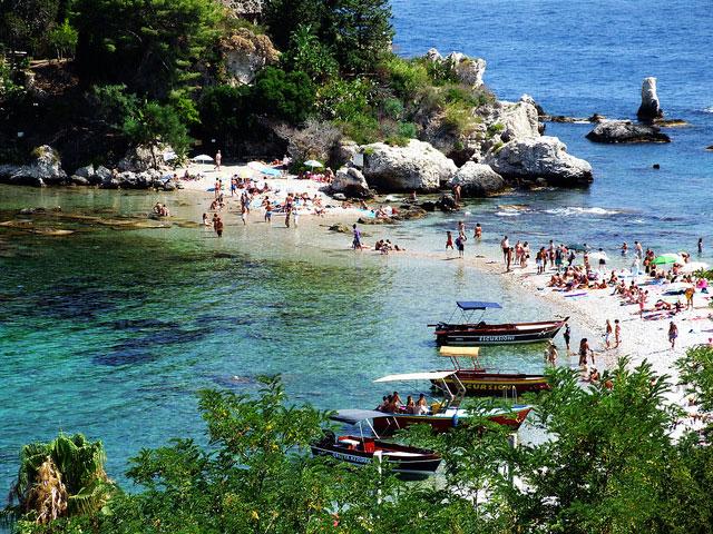 Vacanze di Pasqua, gli italiani scelgono il mare: bene Favignana e Taormina