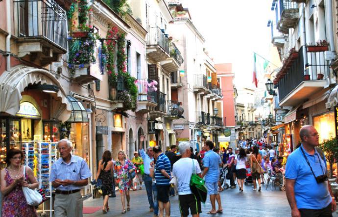 Sorpresi a rubare in un negozio di Taormina: arrestata coppia di turisti