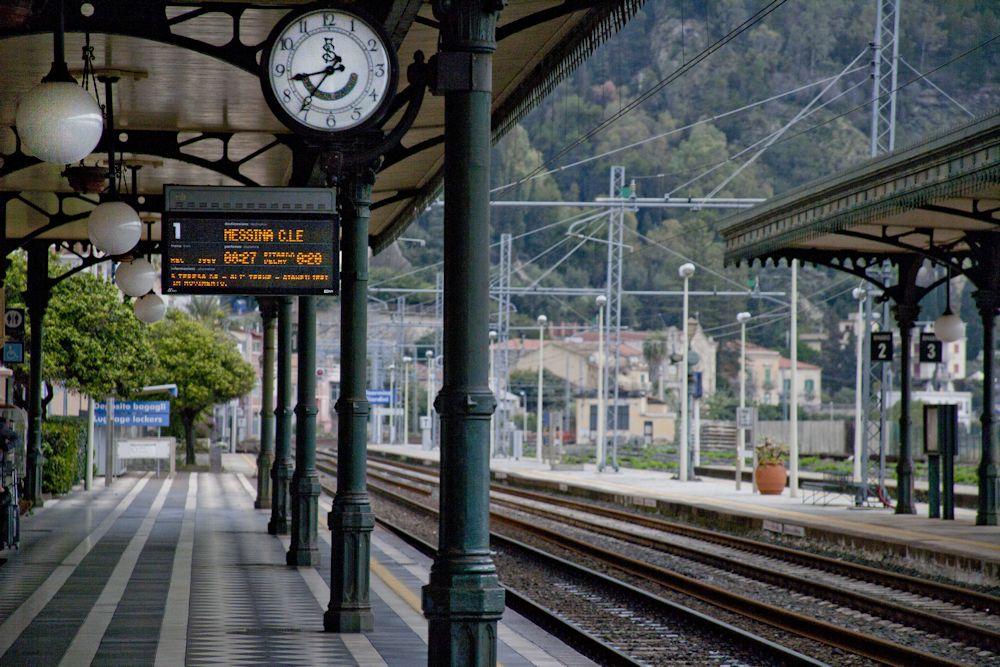 Taormina, sul treno senza biglietto aggredisce i controllori: arrestato