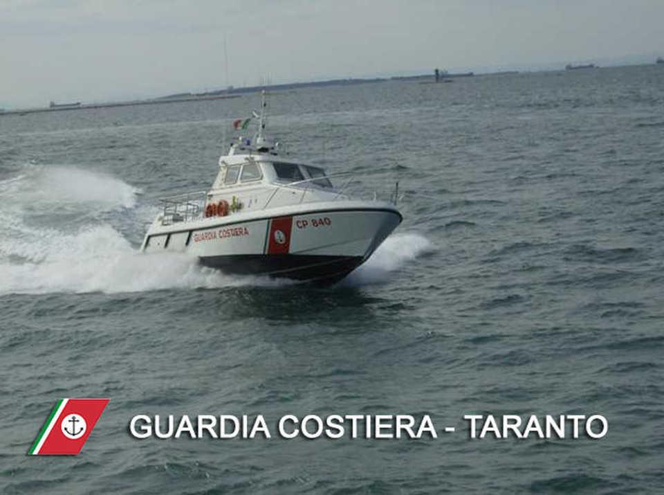 Taranto, anziano pescatore cade dalla barca: muore in mare