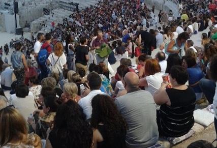 """""""Rane"""" a Siracusa, posti in piedi:  il pubblico protesta al Teatro Greco"""