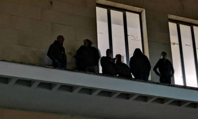 Netturbini di Gela sul tetto del Municipio contro i licenziamenti