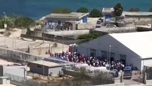 Migranti, tensostruttura di Porto Empedocle si svuota