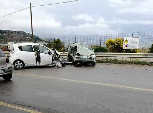 Violento frontale tra due grosse Audi: vetture distrutte, due feriti