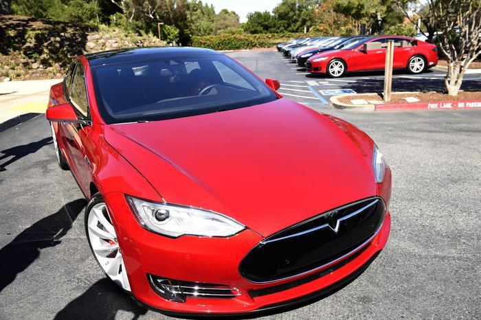 Utah, Tesla con pilota automatica si schianta