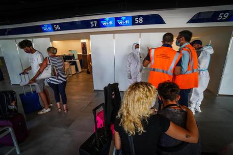Covid, test obbligatori all'aeroporto di Napoli per chi rientra dall'estero