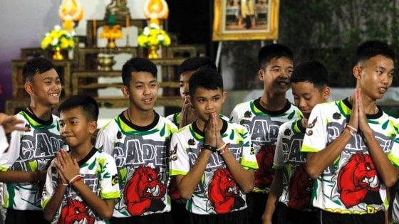 Thailandia: i ragazzi della grotta pregano al tempio buddista