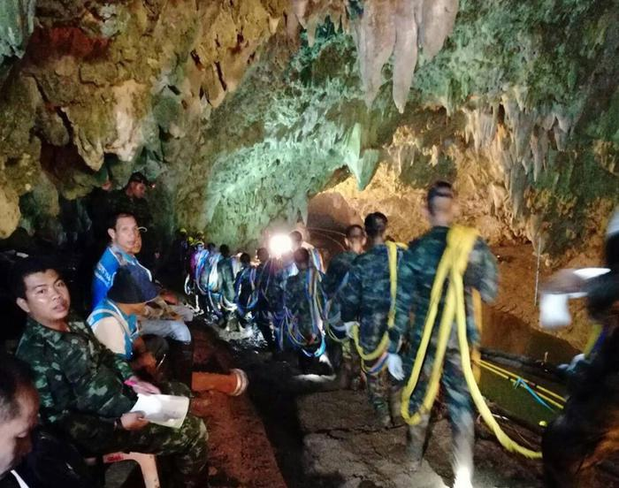 I 12 ragazzi bloccati in Thailandia in una grotta: mesi per salvarli