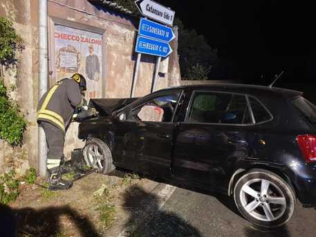 Auto si schianta contro un muro di un casolare: 19enne morto a Catanzaro