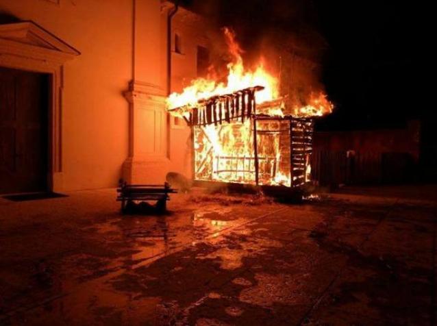 """Bruciato un presepe a Messina, il parroco: """"Gesto stupido"""""""
